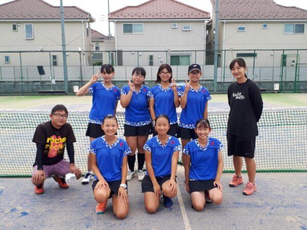中学女子テニス部試合後の集合写真